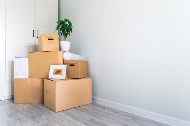 Muitas caixas de papelão com coisas para mover. copie o espaço.