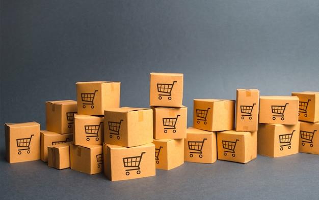 Muitas caixas de papelão com desenho de carrinhos de compras. produtos, mercadorias