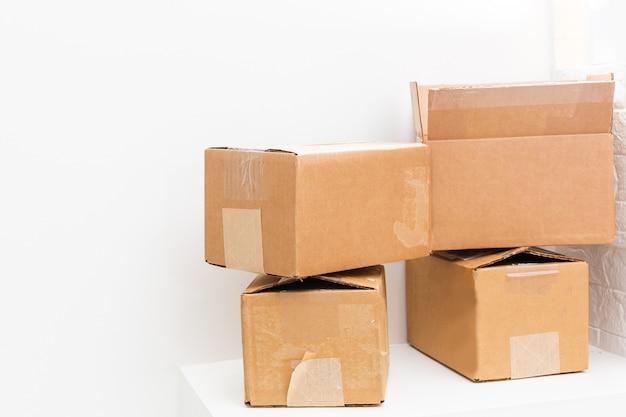 Muitas caixas de papelão em fundo branco