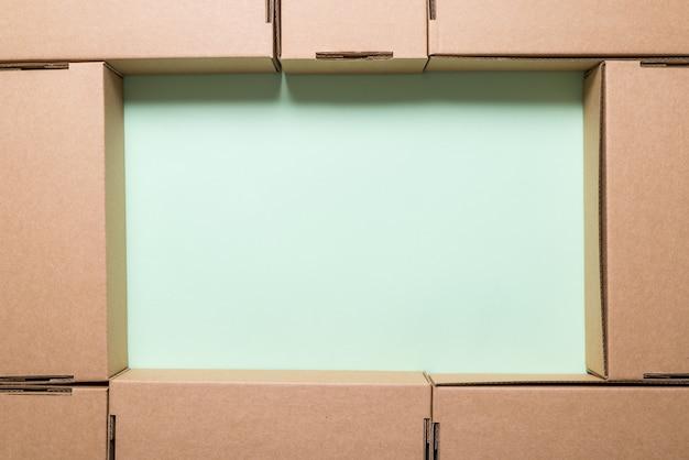 Muitas caixas de papelão marrons,