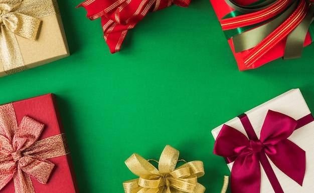 Muitas caixas de presente na mesa verde