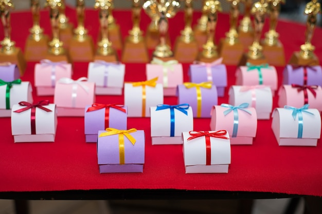 Muitas caixinhas de presente para concursos de aniversário