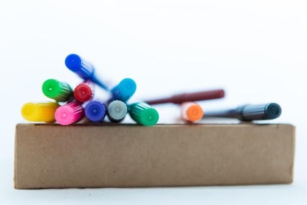 Muitas canetas de ponta de feltro coloridas na caixa de papel marrom