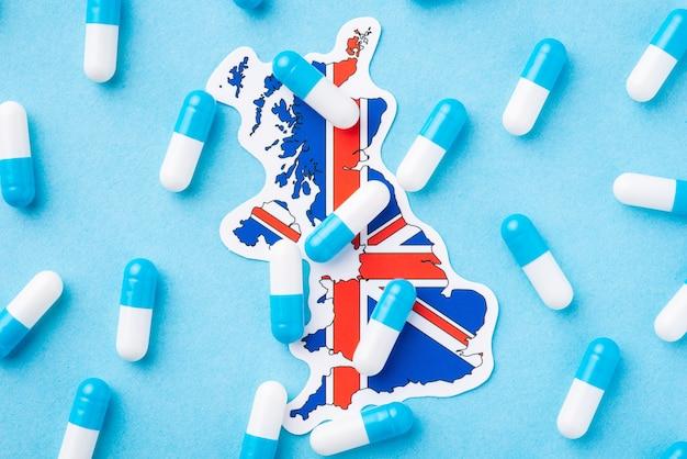 Muitas cápsulas de comprimidos azuis e brancos na bandeira da grã-bretanha