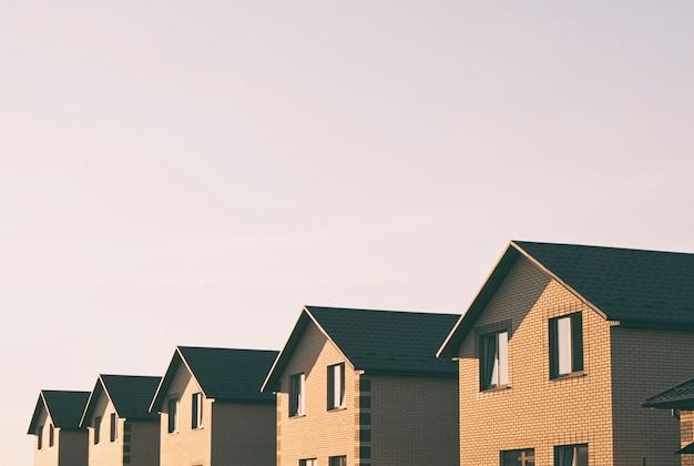 Muitas casas geminadas feitas de tijolos na linha