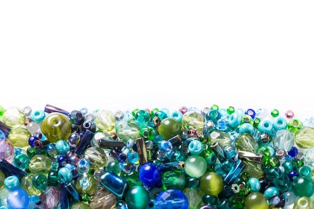 Muitas contas de vidro diferentes, contas de sementes em fundo branco