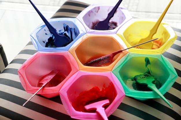 Muitas cores de tintura combinam com tigelas da mesma cor e parecem favo de mel no salão
