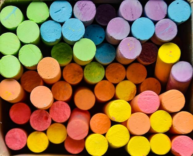 Muitas cores são usadas em segundo plano.