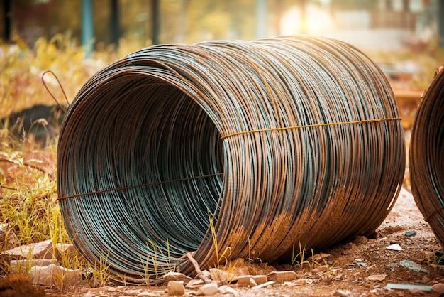 Muitas costelas de aço empilhadas juntas