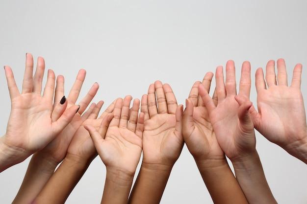 Muitas crianças levantaram as mãos em uma fileira