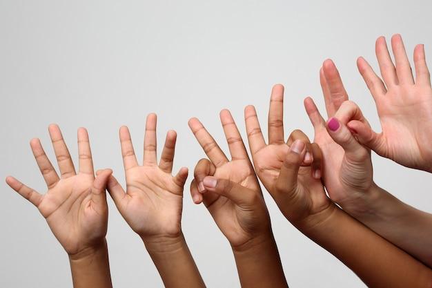 Muitas crianças levantaram as mãos expressivas de crianças em sequência