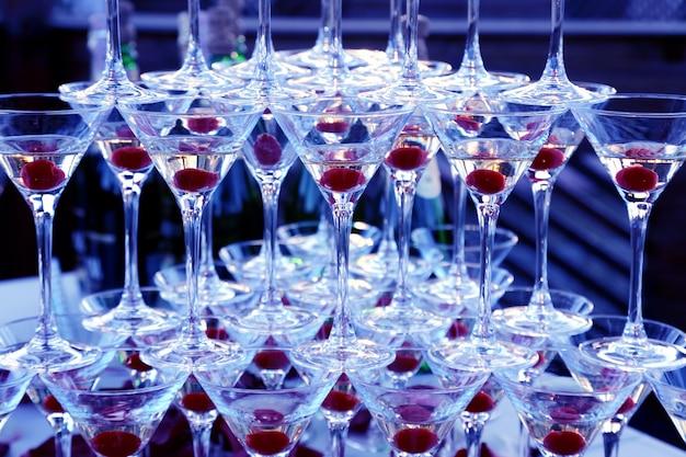 Muitas das taças de champanhe empilhadas umas sobre as outras. talheres para bebidas