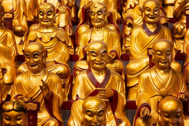 Muitas estátuas de ouro dos lohans no templo de longhua em shanghai, china. famoso templo budista na china.