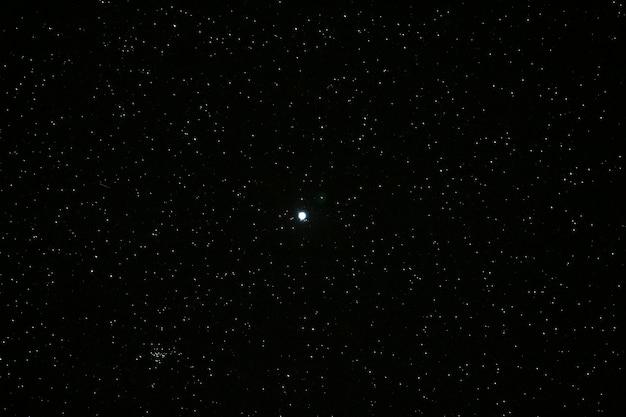 Muitas estrelas no céu noturno e na lua