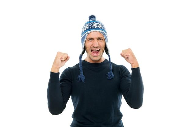 Muitas felicidades. cara usa chapéu de inverno. feliz natal e feliz ano novo. férias de inverno. homem maduro com cerdas de rosto de chapéu. emoções positivas. homem bonito comemorar o fundo branco dos feriados de inverno.