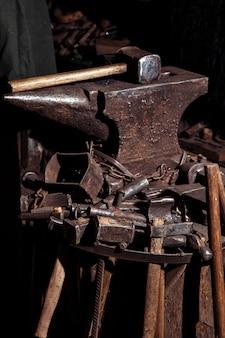 Muitas ferramentas da viking para forjar espadas e armas de guerreiro.