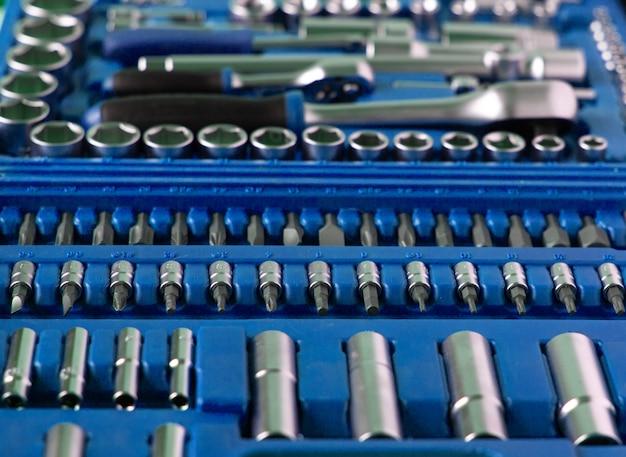 Muitas ferramentas diferentes na caixa azul escuro