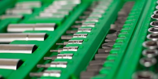 Muitas ferramentas diferentes na caixa verde