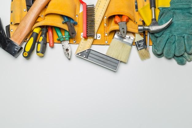 Muitas ferramentas em fundo branco