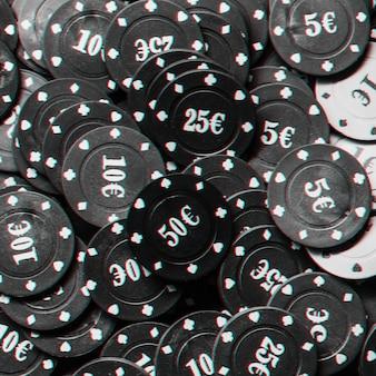 Muitas fichas de pôquer com close-up do ícone do euro, vista superior. foto em preto e branco com efeito de falha