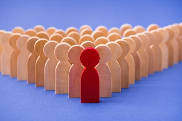 Muitas filas, filas de pessoas, figuras semelhantes atrás de um cara especial