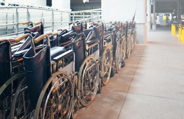 Muitas fileiras da velha cadeira de rodas em pé no hotpital