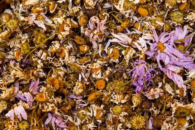 Muitas flores secas para chá para adicionar mistura de ervas naturais antioxidantes