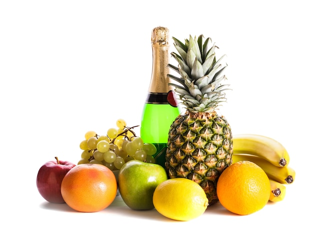 Muitas frutas diferentes e champanhe isolado no branco