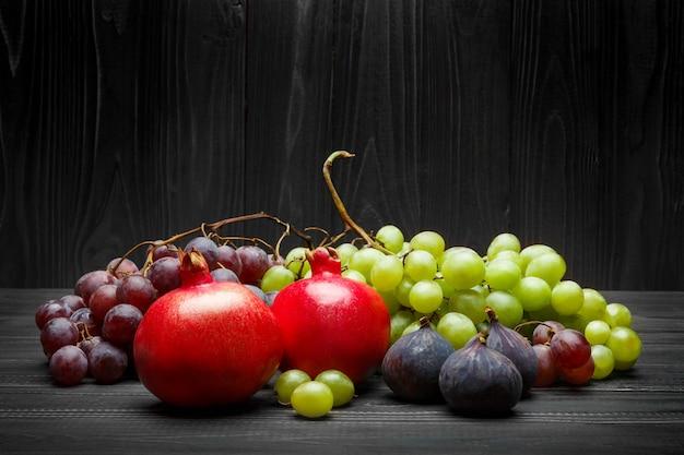 Muitas frutas diferentes na parede de madeira