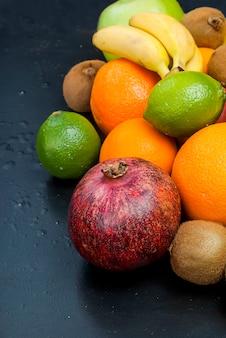 Muitas frutas diversas em um fundo preto