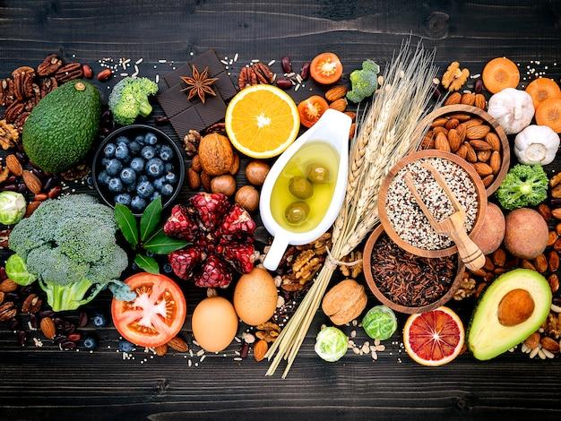 Muitas frutas e legumes em uma mesa escura