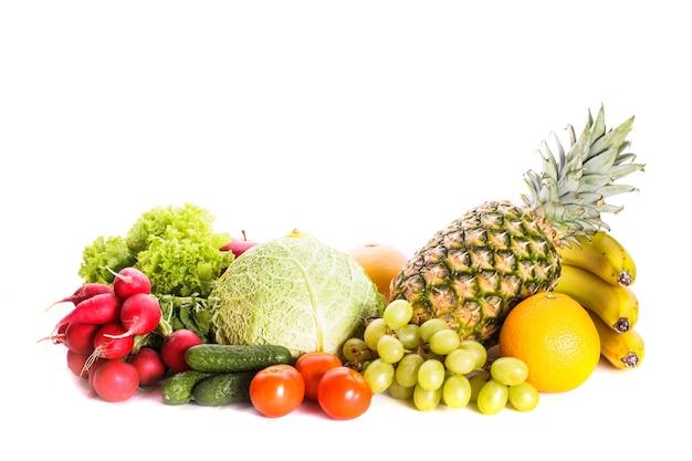 Muitas frutas e vegetais diferentes isolados no branco