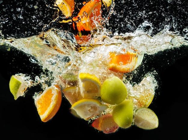 Muitas frutas espirram na água