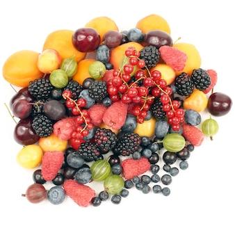 Muitas frutas frescas diferentes em um fundo branco. comida saudável e vitaminada