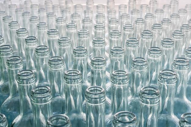 Muitas garrafas vazias de videira em uma fileira