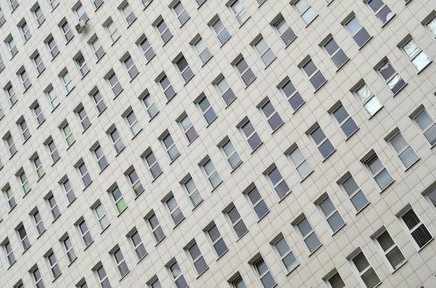 Muitas janelas de um prédio de escritórios de vários andares