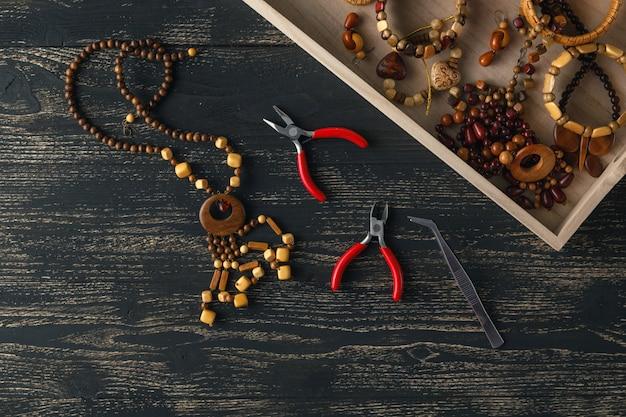Muitas jóias artesanais estão no balcão