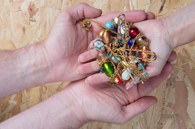 Muitas jóias com muita cor