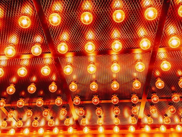 Muitas lâmpadas de vidro brilhantes brilhantes
