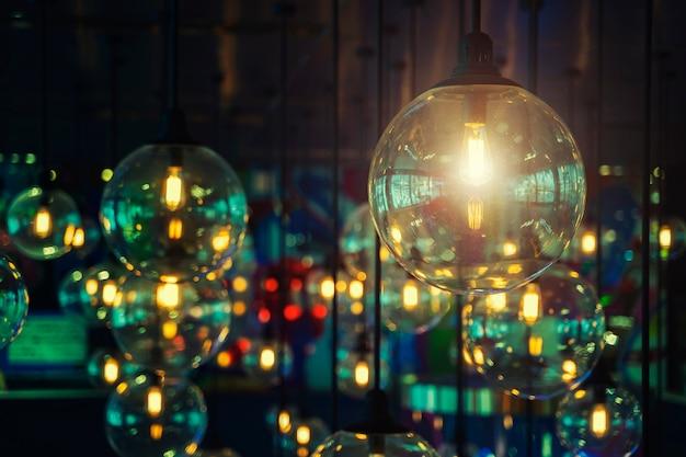 Muitas lâmpadas vintage penduradas no quarto