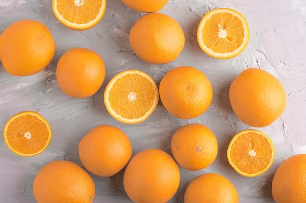 Muitas laranjas na mesa cinza, vista superior