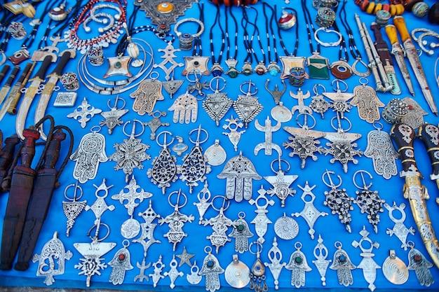 Muitas lembranças e presentes diferentes nas ruas de chefchaouen. pinturas, tapetes, roupas e produtos feitos à mão nas ruas de marrocos. marrocos, chefchaouen, 13 de dezembro de 2017