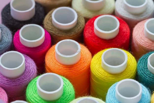 Muitas linhas de costura coloridas. fundo abstrato