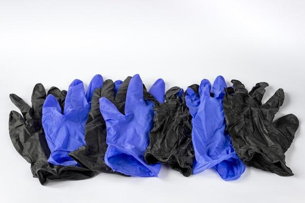 Muitas luvas descartáveis médicas usadas, isoladas no fundo branco. conceito de reciclagem de resíduos.