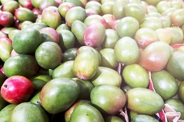 Muitas mangas frescas no mercado.