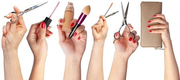 Muitas mãos com itens de maquiagem