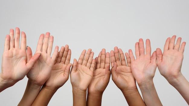 Muitas mãos levantadas em sequência