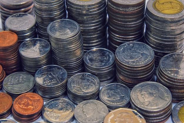Muitas moedas empilhadas para poupança e conceito de economia de investimento