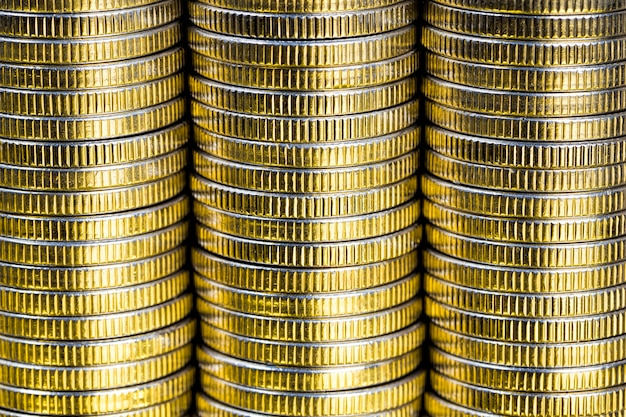 Muitas moedas redondas de metal de cor prata iluminadas em amarelo