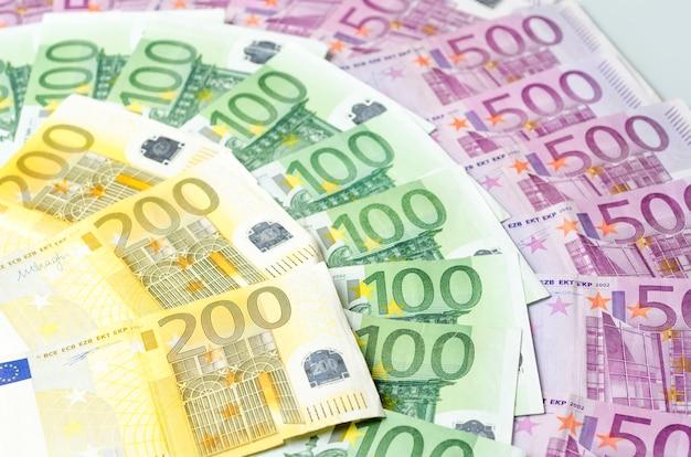 Muitas notas de euro diferentes.